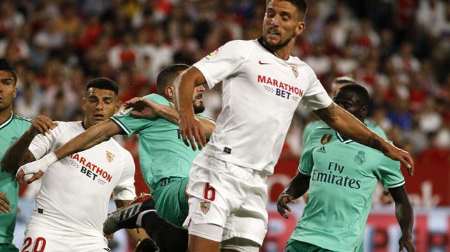 Carriço trata de despejar en el Sevilla-Real Madrid (Foto: Manuel Gómez)