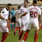 Los jugadores del Sevilla celebran con Chicharito su gol ante el Qarabag (AFP)