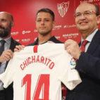 Chicharito, junto a Monchi y Castro (foto: Manuel Gómez)