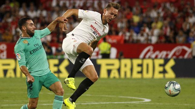 De Jong disputa un balón con Carvajal (Foto: Manuel Gómez)