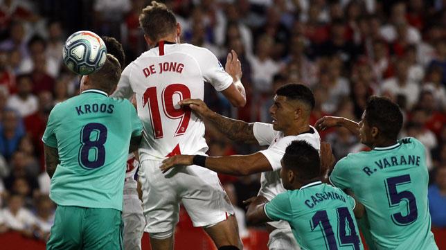 De Jong trata de rematar en el Sevilla FC - Real Madrid (Foto: Manuel Gómez)