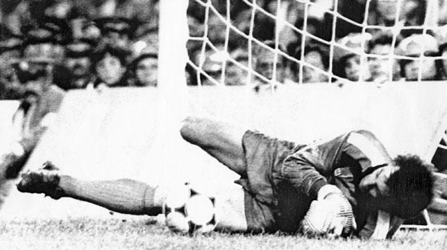 Duckadam detiene uno de los penaltis de la tanda de la final de la Copa de Europa de 1986 en el Sánchez-Pizjuán