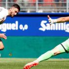 Facundo Ferreyra remata ante Dmitrovic en el Eibar-Espanyol