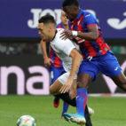 Ocampos disputa el balón con Pape Diop en el Eibar-Sevilla