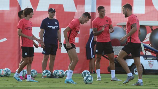 Los jugadores del Sevilla, durante un entrenamiento (Foto: ROCÍO RUZ)