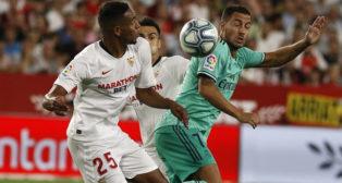 Fernando disputa un balón con Hazard en el Sevilla-Real Madrid (Foto: Manuel Gómez)