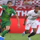 Fernando pugna por un balón en el Sevilla-Real Sociedad (J. J. Úbeda)