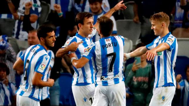Los jugadores de la Real Sociedad celebran un gol ante el Alavés (Foto: EFE)