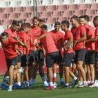 Los jugadores del Sevilla FC realizan un 'pasillito' a Reguilón durante el entrenamiento de ayer en la ciudad deportiva (FOTO: Manu Gómez)
