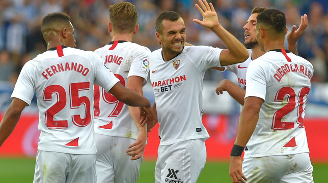 Jordán es felicitado por sus compañeros tras marcar en el Alavés-Sevilla (Foto: AFP)