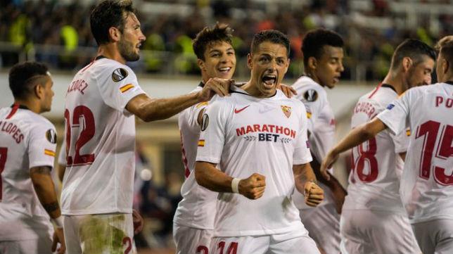 Javier Chicharito Hernández celebra su primer tanto con la elástica del Sevilla FC. Foto: Sevilla FC