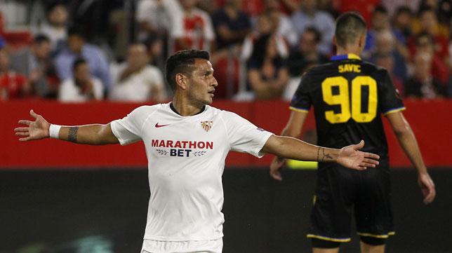 Rony Lopes hace un gesto con los brazos abiertos durante el Sevilla-Apoel de la Liga Europa (Foto: Manuel Gómez).