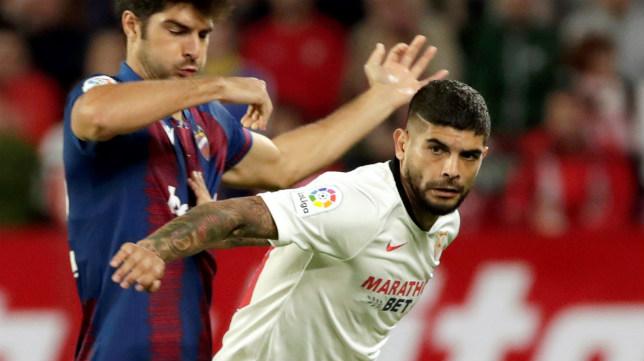 Banega pugna con Melero en el Sevilla-Levante (EFE)