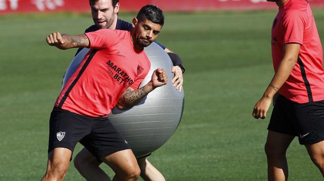 Banega choca con una pelota (Manu Gómez)