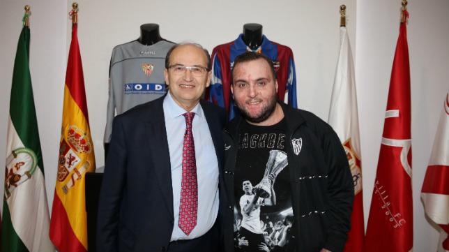 José Castro, presidente del Sevilla FC, junto a Juan Manuel Calderón, primo de José Antonio Reyes (Foto: Juan Antonio Hurtado)