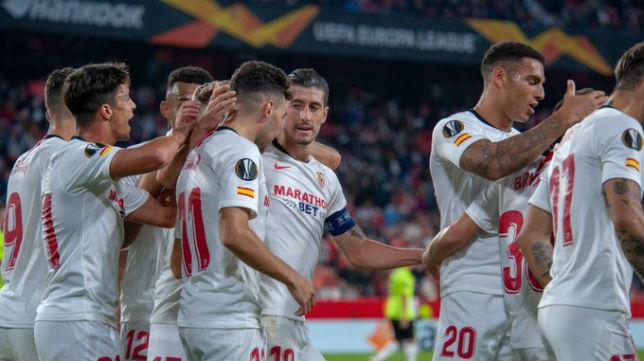 Celebración de los jugadores del Sevilla FC en la victoria ante el Dudelange. Foto: Sevilla FC