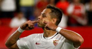 Chicharito celebra el 1-0 del Sevilla ante el Apoel (Foto: Manuel Gómez).