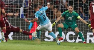Dabbur anota uno de sus goles con Israel (EFE)