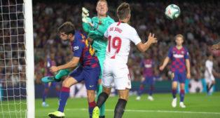 De Jong en una acción ante el Barcelona. Foto: Sevilla FC