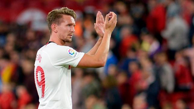 De Jong aplaude a la afición, durante el Sevilla -Levante (Foto: AFP)