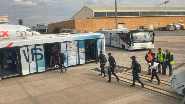 Los jugadores del Dudelange bajando del avión ( Foto: DUDELANGE)