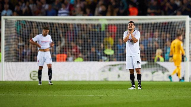 Carriço y Nolito se lamentan tras un gol local durante el Barcelona-Sevilla (Foto: EFE).
