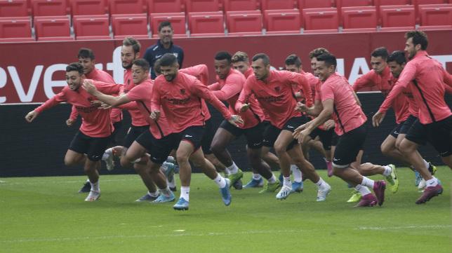 Los jugadores del Sevilla FC, en la sesión preparatoria de ayer celebrada en el Sánchez-Pizjuán (Foto: Juan Flores)