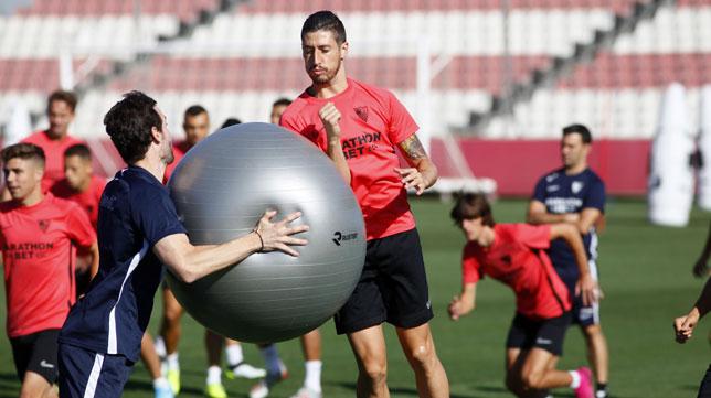 Escudero choca con una pelota en un entrenamiento (Manu Gómez)