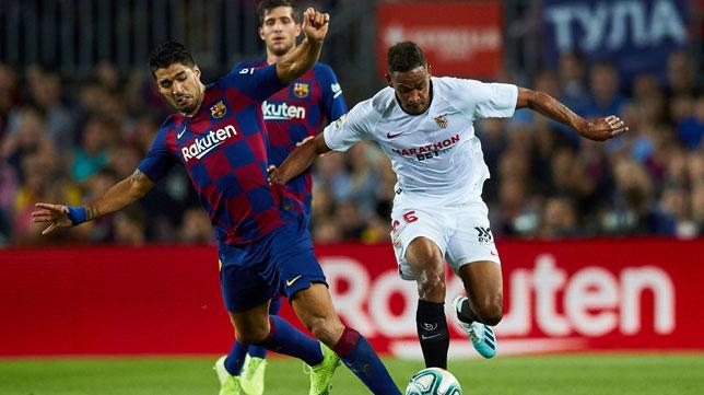 Fernando trata de avanzar ante Luis Suárez durante el Barcelona-Sevilla (Foto: EFE).