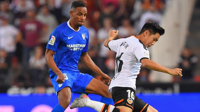 Fernando trata de frenar a Kang In, en el Valencia - Sevilla (Foto: AFP)