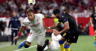 Gudelj pugna con Suleiman por un balón durante el Sevilla-Apoel (Foto: EFE).