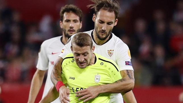 Gudelj disputa un balón en el Sevilla-Dudelange de la Europa League (Foto: EFE)