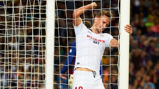 De Jong se lamenta tras una ocasión fallada durante el Barcelona-Sevilla (Foto: EFE).