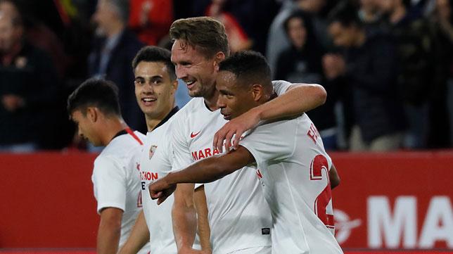 De Jong celebra con Fernando el gol del Sevilla ante el Levante (Foto: J. M. Serrano).
