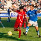 Juanpe protege un balón durante el San Fernando - Sevilla Atlético (Foto: SFC)