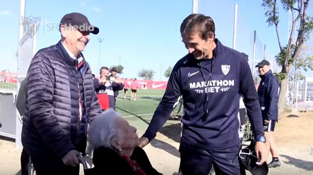 Julen Lopetegui dialoga con Lucrecia en su visita al entrenamiento del Sevilla FC.