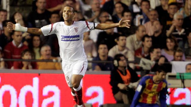 Luis Fabiano, celebrando su primer gol como sevillista (Foto: AFP)