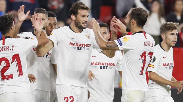 Franco Vázquez es felicitado por sus compañero tras uno de sus goles al Dudelange (EFE)