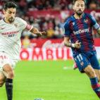 Navas corre ante la mirada de Morales (Foto: Sevilla FC)