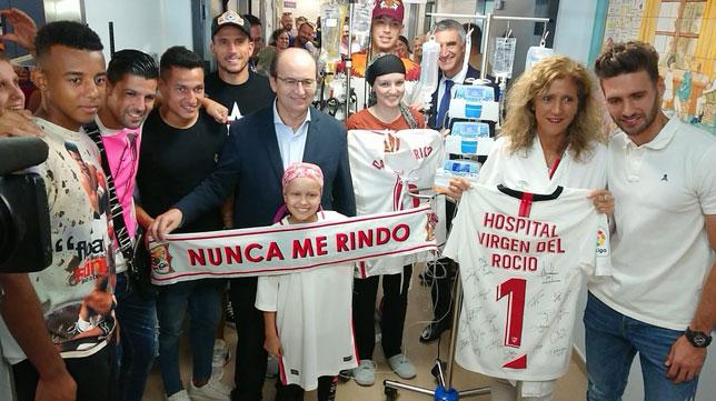 La comitiva del Sevilla FC hizo las delicias de los más pequeños en el Virgen del Rocío