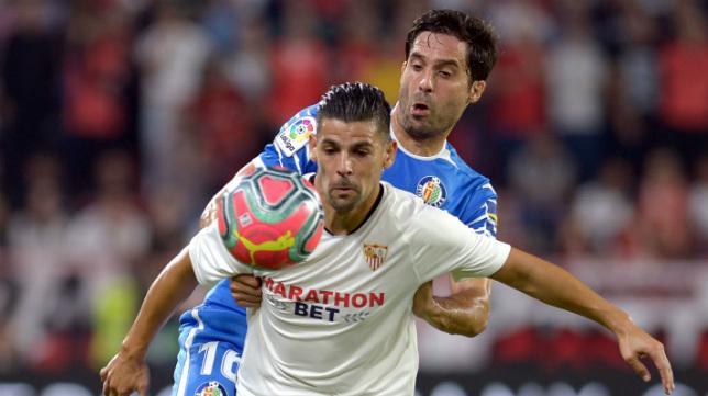 Nolito controla un balón ante Etxeita en el Sevilla-getafe (AFP)