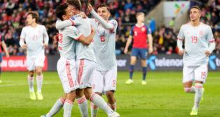 Jesús Navas felicita a Saúl tras conseguir el 0-1 a favor de España en Noruega (Foto: Reuters).