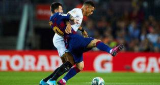 Diego Carlos pugna con Messi en el Barcelona-Sevilla (EFE)