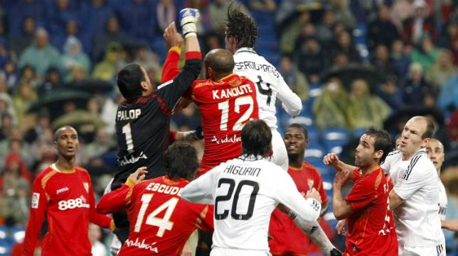 Palop, Kanouté y Ramos saltan en la disputa por el balón en el Real Madrid-Sevilla FC de diciembre de 2008, que finalizó con 3-4
