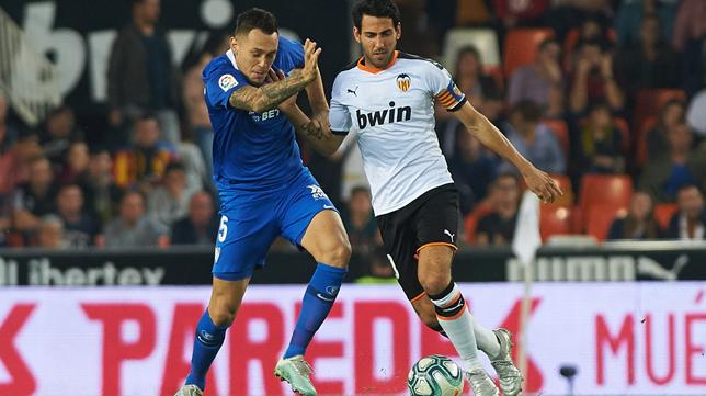 Parejo trata de llevarse un balón ante Ocampos (Foto: EP)
