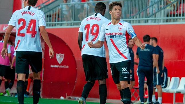 Mena celebra uno de los goles del Sevilla Atlético ante el Córdoba (Foto: SFC)