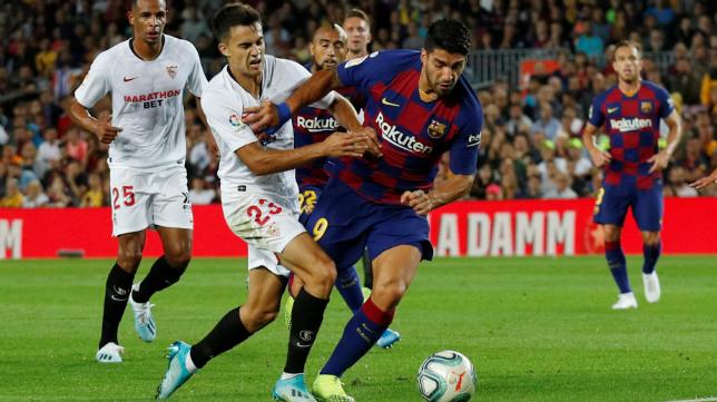 Reguilón pugna con Suárez en el Barça-Sevilla (Reuters)