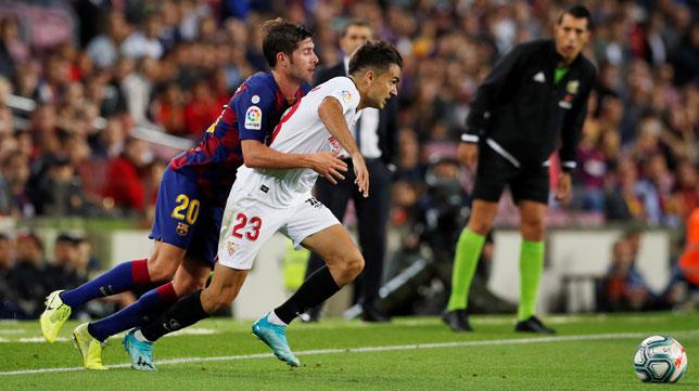 Reguilón pugna con Sergi Roberto en el Barcelona-Sevilla