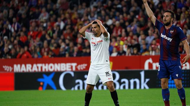 Nolito se lamenta tras una ocasión durante el Sevilla-Levante (Foto: J. M. Serrano).