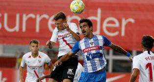 Javi Vázquez lucha por un balón durante el partido (Foto: Manu Gómez)